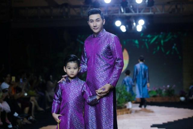 Kiều nữ Việt Trinh sánh bước cùng NTK Nhật Dũng khai mạc cùng tà Áo Dài Việt