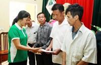 Vinamilk chia sẻ khó khăn với các hộ nghèo bị ảnh hưởng do lũ tại Hà Nội
