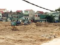 Chậm tiến độ, dân vô tư đổ rác thải xây dựng