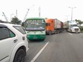 Xe container lao vào dòng xe chờ đèn đỏ, nhiều người thoát chết