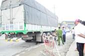 Xe máy va chạm xe tải, một người chết
