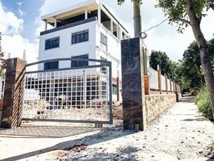 Ngang nhiên xây nhà không phép, chặn đường cứu hỏa rừng phòng hộ