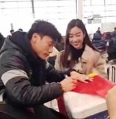 Hoa hậu Đỗ Mỹ Linh gặp Bùi Tiến Dũng cùng U23 Việt Nam đã lên máy bay về nước