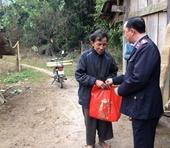 Viện KSND huyện Tủa Chùa trao tặng quà tết cho người nghèo