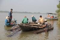 Lâm tặc nhấn chìm hàng chục súc gỗ xuống sông khi gặp cơ quan chức năng