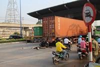 Tông đuôi xe container, một người nước ngoài chết tại chỗ