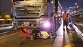 Chạy xe máy băng ngang qua đường, hai vợ chồng bị xe ben tông thương vong