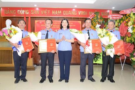 Trao tặng Huy hiệu Đảng và Bằng khen của Đảng ủy Khối các Cơ quan Trung ương
