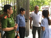 Hai người nước ngoài đập cửa cứu 2 cháu bé bị kẹt trong đám cháy