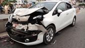 Người đàn ông bị ô tô húc văng vào thùng xe container tử vong