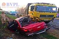 Xế hộp bẹp dúm sau khi va chạm với xe tải, 1 người chết, 3 người bị thương