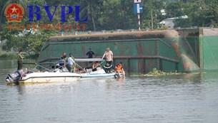 Lật sà lan trên sông Đồng Nai Tìm thấy 2 thi thể, một người đang mất tích