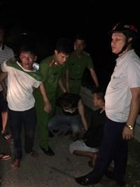 """Hà Tĩnh Bắt 4 thanh niên cầm kiếm chặn xe tải """"xin đểu"""" trên quốc lộ 1A"""