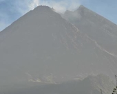 Núi lửa Merapi phun bụi cao 3,5km, người dân Indonesia ùn ùn sơ tán