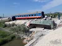 Lật 6 toa tàu khách Bắc-Nam, lái tàu, phụ lái kẹt trong cabin tử vong