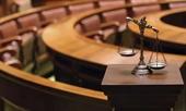 Nghi phạm chứng minh vô tội bằng cách  tự tụt quần trước tòa