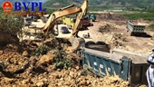 Mỏ đất bị sập vùi lấp 2 xe tải, tài xế bị mắc kẹt trong cabin tại Hà Tĩnh