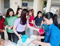 """""""Nồi cháo tình thương"""" của Chi đoàn VKSND tỉnh Bình Phước với các bệnh nhân nghèo"""