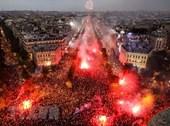 Đại lộ Champs-Elysées chật kín sau chiến thắng của tuyển Pháp