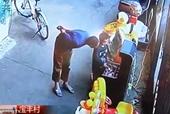Kẻ xấu ngang nhiên bắt cóc trẻ con giữa phố đông