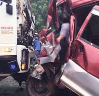 Xe ô tô 9 chỗ ngồi tông trực diện vào xe tải, một tài xế tử vong tại chỗ