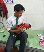 Tài xế taxi làm ông đỡ đón bé trai chào đời ngay trên xe