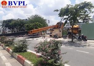 Cần cẩu tại dự án bất ngờ ngã đổ xuống đường Phạm Văn Đồng
