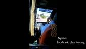 Tài xế xe buýt vừa lái xe vừa gác chân, bỏ tay nấu cháo điện thoại
