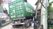 Tránh người đi bộ, xe container tông hàng loạt nhà dân đổ sập