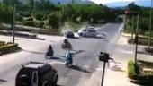 Khoảnh khắc Mazda 6 tông xe cấp cứu vượt đèn đỏ, y tá văng xuống đường