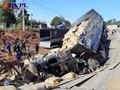 Xe tải mất lái tông sập cầu tạm trên đường Quốc lộ 14