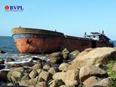 """Cận cảnh một tàu vỏ thép sắp bị """"xẻ thịt"""" do mắc cạn tại biển Đà Nẵng"""