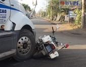 Xe container tông nát xe CSGT sau khi chạy vào đường cấm