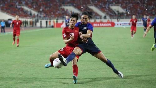 Tuyển Việt Nam (áo đỏ) gặp khá nhiều khó khăn trước lối chơi rắn và quyết liệt của các cầu thủ Philippines. Ảnh: SN