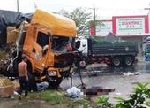 Tai nạn thảm khốc sau khi xe tải nổ lốp tông cực mạnh container