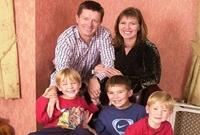 Nuôi 3 người con hơn 20 năm mới biết mình bị vô sinh