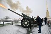Tổng thống Nga Putin bắn súng thần công và tiết lộ đời binh nghiệp