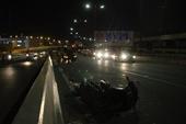 Xe máy chở 1 ông Tây tông vào CSGT đang khám nghiệm vụ tai nạn chết người