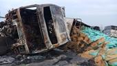 Tài xế, phụ xe thoát hiểm khi 2 xe container cháy trơ khung