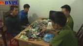 Đôi tình nhân đột nhập lấy trộm hơn 200 chiếc điện thoại