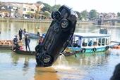 Nghi án chồng lái xe chở cả nhà lao xuống sông tự tử