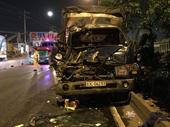 Xe tải bể nát đầu vì tông đuôi xe container, 3 người thương vong