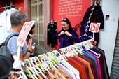 Khách Tây vui như Tết khi mua hàng giảm giá ở phố cổ Hà Nội