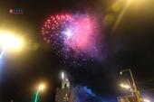 Du khách ngồi kín bãi biển Nha Trang chiêm ngưỡng màn pháo hoa đón năm mới Kỷ Hợi