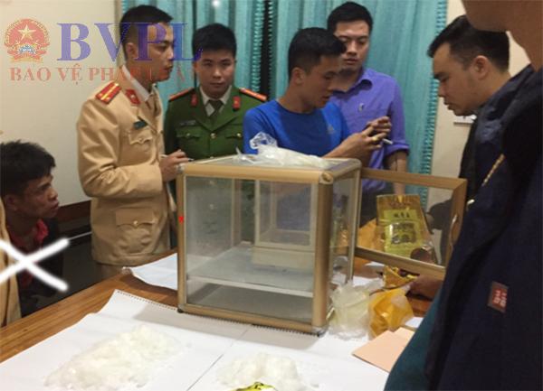 Cơ quan CSĐT và VKSND huyện Quỳ Châu mở niêm phong, lấy mẫu giám định t.ang vật. Đối tượng Hà (dấu x)