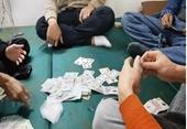 Bắt quả tang cán bộ Phòng giáo dục đang say sưa đánh bài