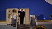 Tổng thống Mỹ Donald Trump giơ tay chào người dân Việt Nam