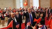 Tổng thống Trump thích thú với hình ảnh vẫy cờ Việt Nam