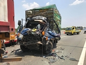 Xe tải tông đuôi xe container kinh hoàng trên cao tốc, nhiều người thương vong