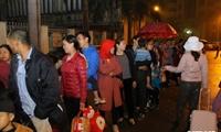 Dân Bắc Ninh đổ lên Hà Nội, xếp hàng từ 3h chờ xét nghiệm sán lợn
